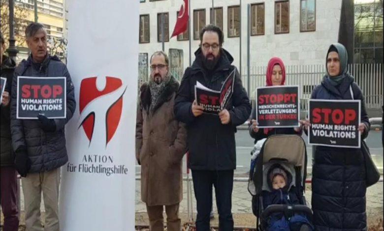 Almanya'da Türkiye Büyükelçiliği'ne ve konsolosluklara siyah çelenk bırakıldı 1