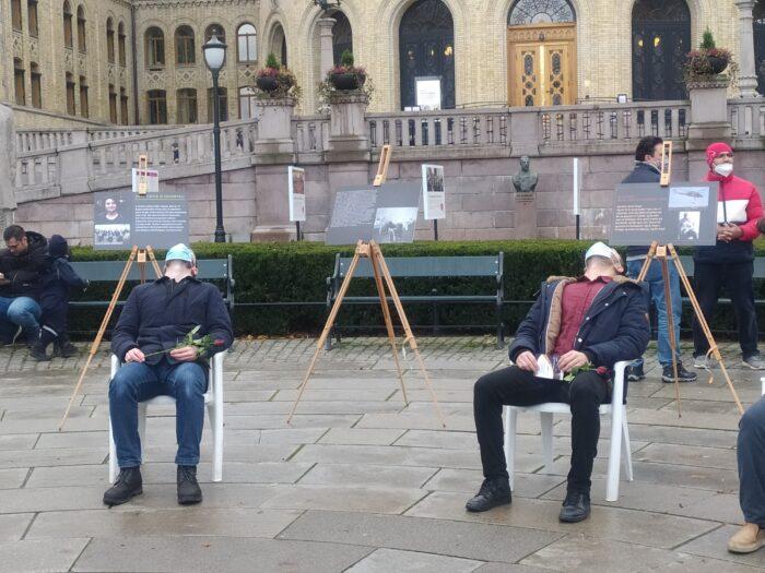 Oslo'da beyaz sandalye eylemi: ARTIK YETER 5